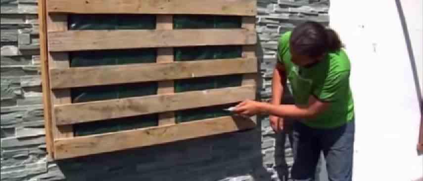 Como hacer los jard n vertical con pal t de madera for Paredes de madera para jardin