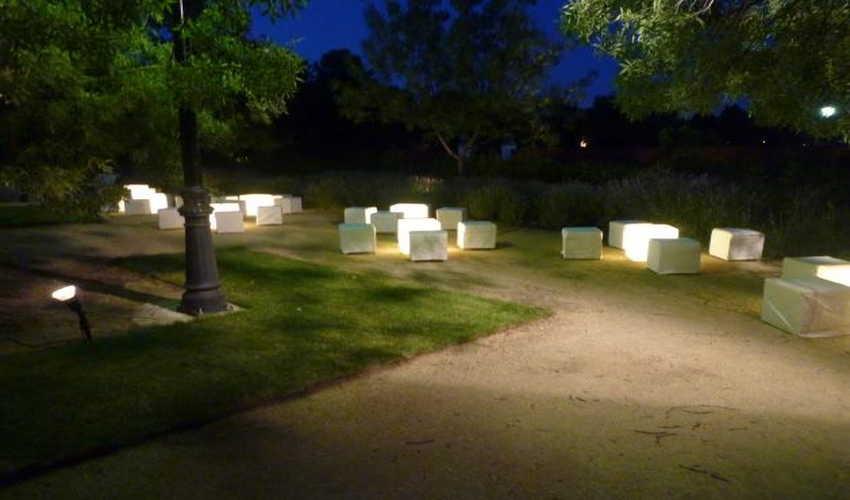 Como hacer los jard n vertical con pal t de madera for Iluminacion caminos jardin